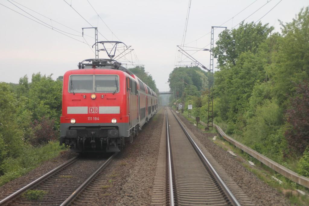111 194 mit ihrem Regionalexpress nach Frankfurt, aufgenommen am 25.05.2015 bei Lollar.