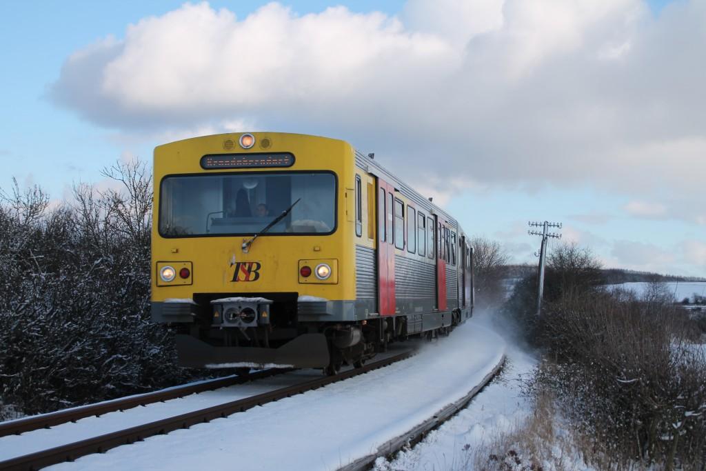 Ein VT2E der HLB kurz vor Grävenwiesbach im Schnee, aufgenommen am 17.01.2016.
