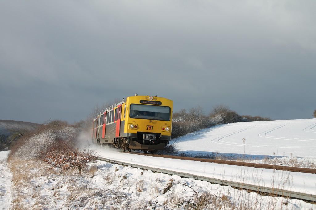 Ein VT2E der HLB verlässt Grävenwiesbach durch den Schnee, aufgenommen am 17.01.2016.