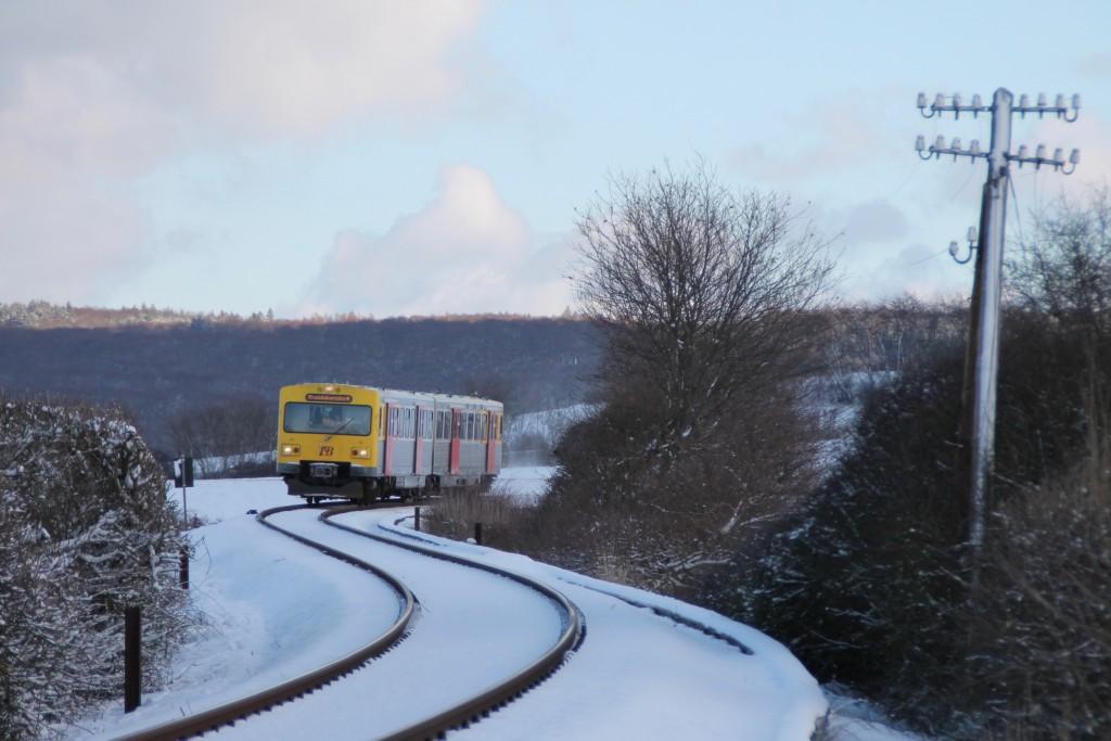 Ein VT2E der HLB schlängelt sich nach Grävenwiesbach, aufgenommen am 17.01.2016.