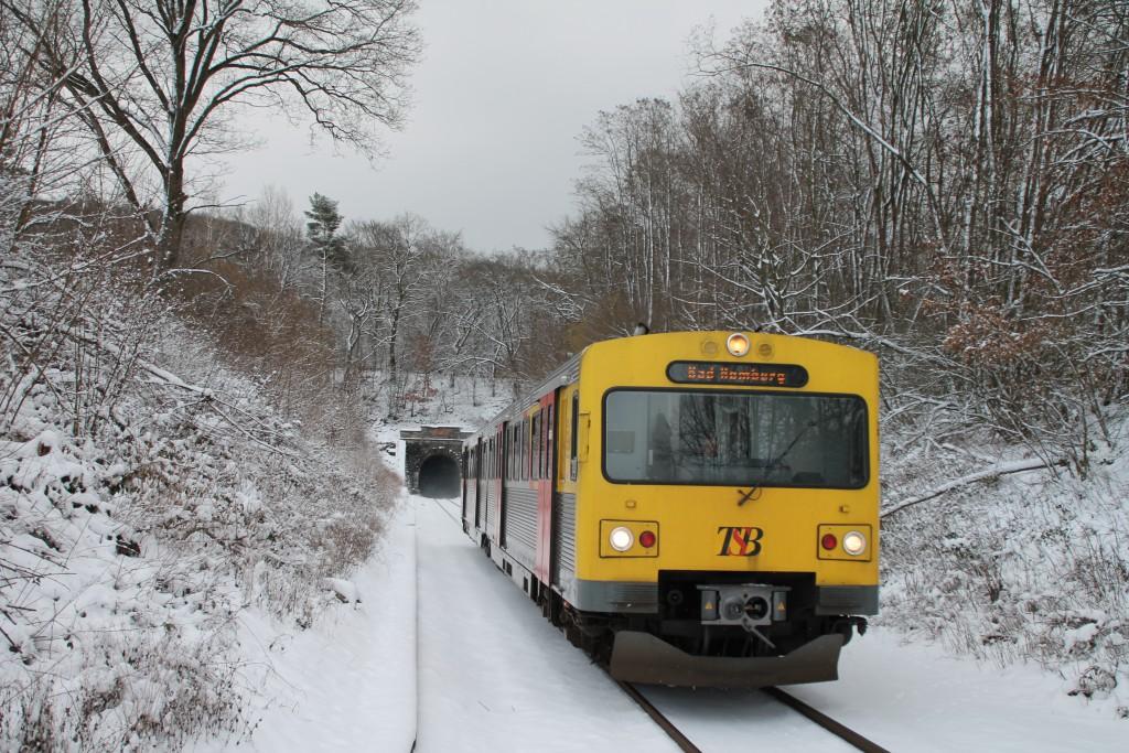 EIN VT2E der HLB verließ soeben den Hasselborner Tunnel, aufgenommen am 17.01.2016.