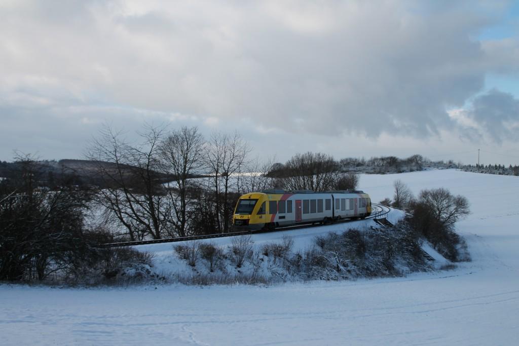 Zwischen Grävenwiesbach und Hundstadt überquert ein LINT der HLB den Bahndamm, aufgenommen am 17.01.2016.