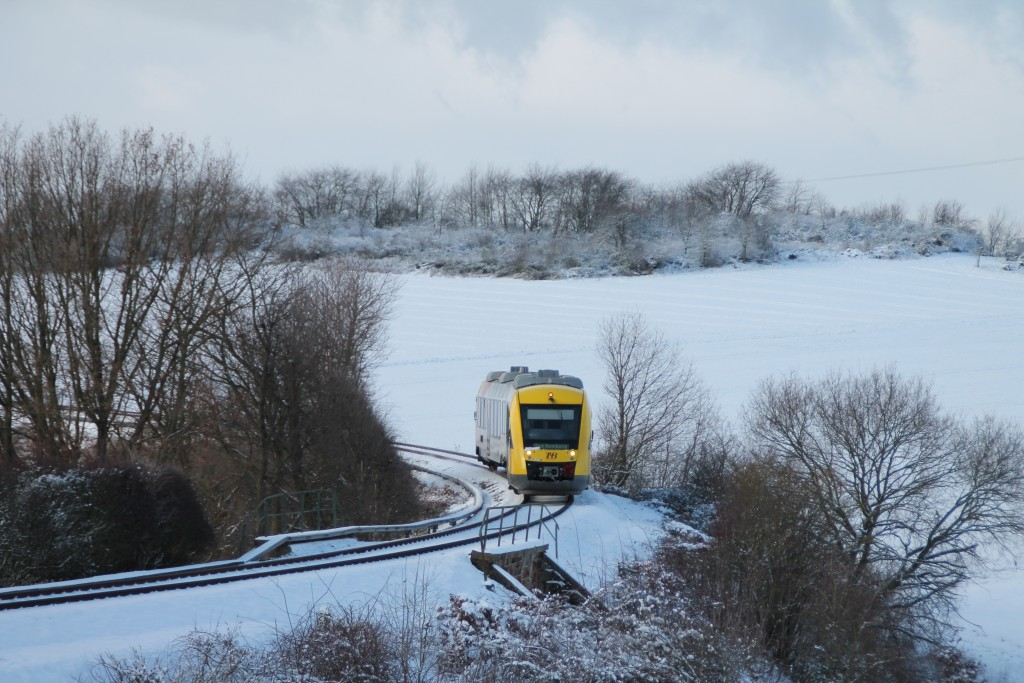 Ein LINT der HLB schlängelt sich über den Damm zwischen Hundstadt und Grävenwiesbach, aufgenommen am 17.01.2016.
