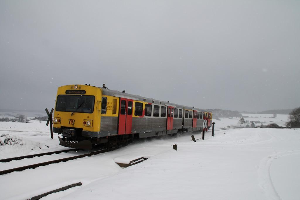 Ein VT2E der HLB überquert einen unbeschrankten Bahnübergang bei Hundstadt auf der Taunusbahn, aufgenommen am 17.01.2016.