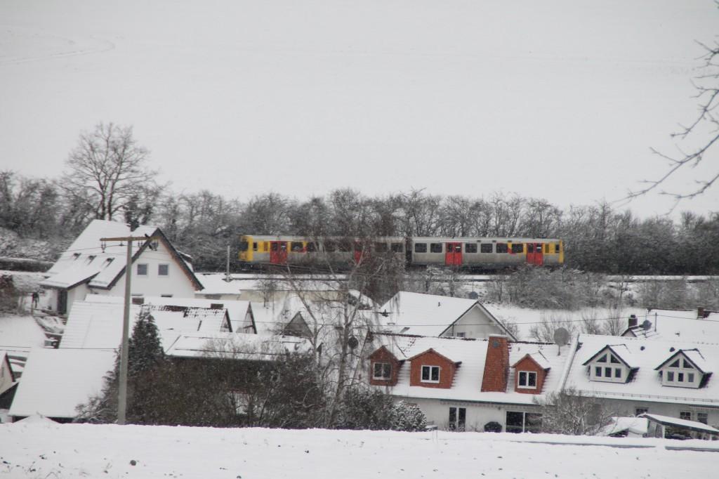 EIN VT2E der HLB durchquert das verschneite Hundstadt, aufgenommen am 17.01.2016.