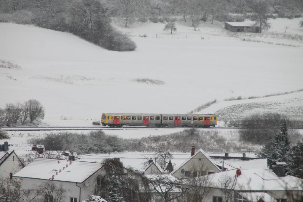 Über den Dächern von Hundstadt durchquert ein VT2E der HLB die Landschaft, aufgenommen am 17.01.2016.