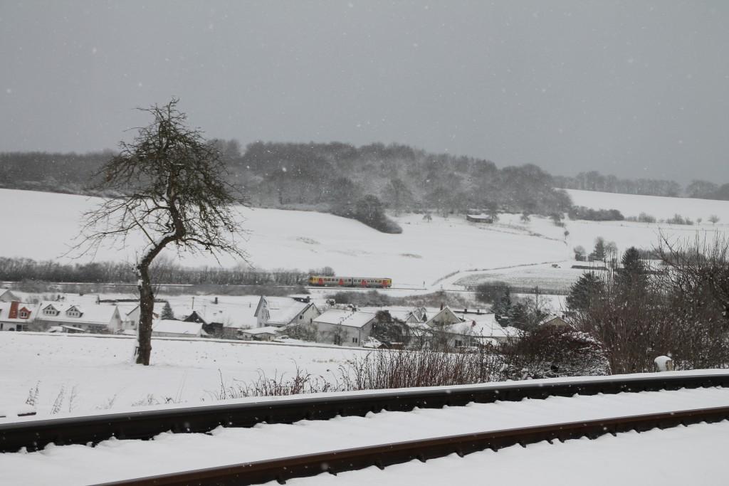 Ein VT2E der HLB durchfährt die Hundstädter Kurve auf der Taunusbahn, aufgenommen am 17.01.2016.