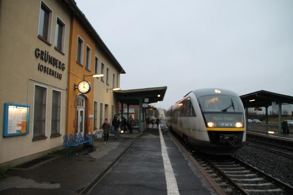 Ein Desiro der HLB hält am 11.01.2016 im Bahnhof Grünberg.