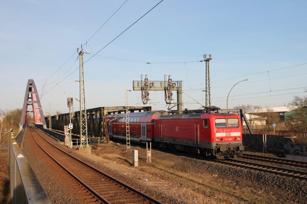 114 034 mit ihrem Regionalexpress nach Frankfurt in Hanau Steinheim, aufgenommen am 06.02.2016.