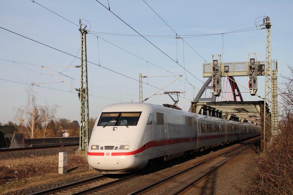 Ein ICE der Baureihe 401 in Hanau-Steinheim, aufgenommen am 06.02.2016.