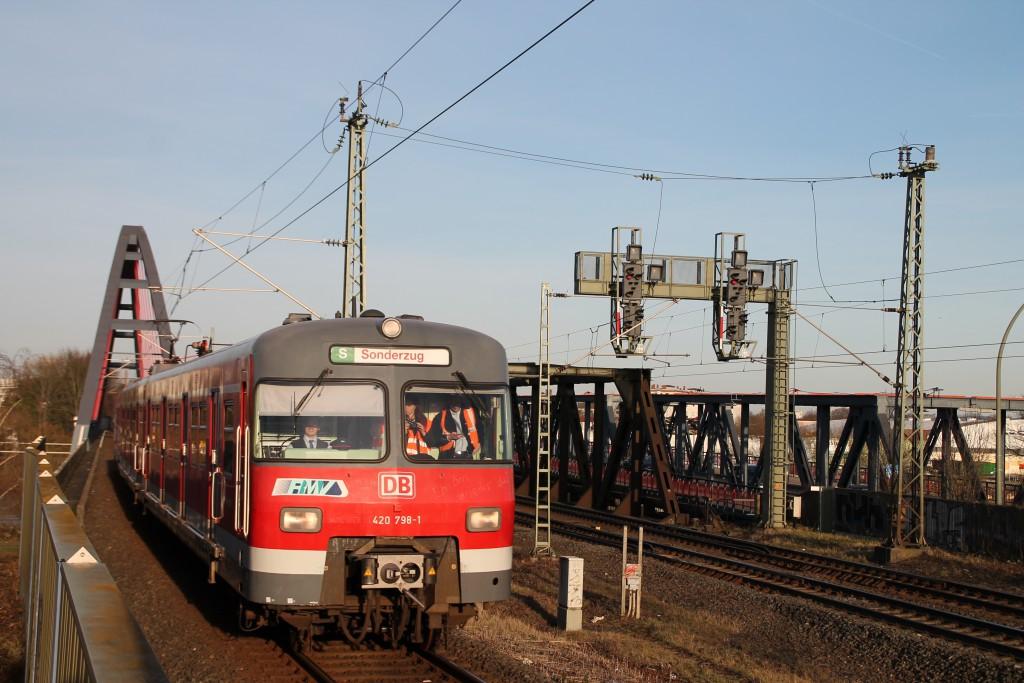 420 298 bei der Einfahrt am Haltepunkt Hanau-Steinheim, aufgenommen am 06.02.2016.