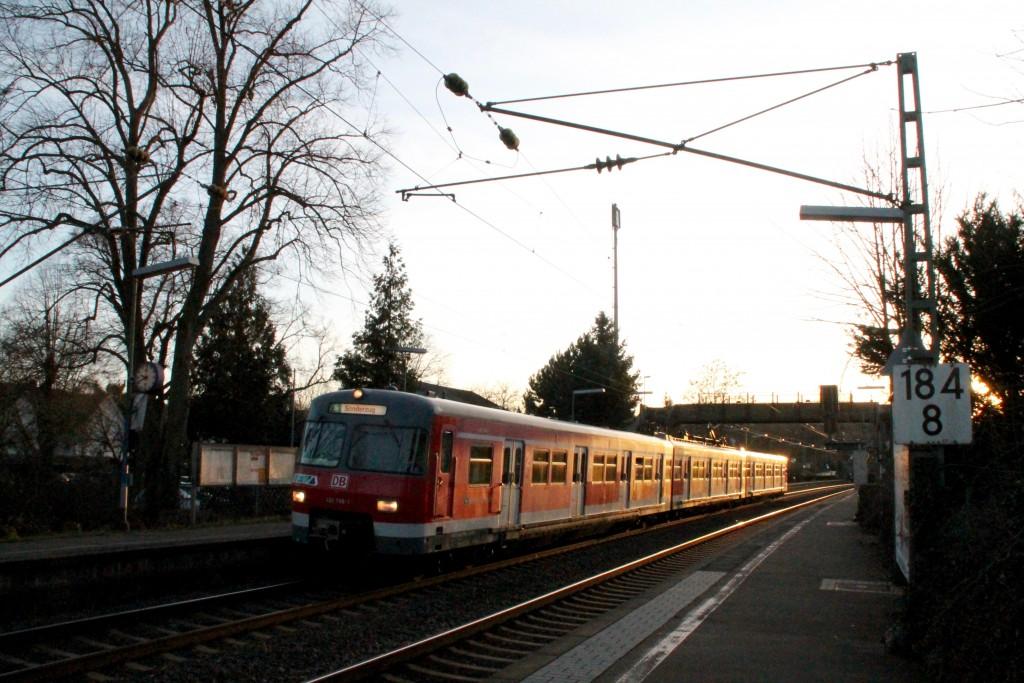 420 298 kommt aus der Abendsonne in Bad Vilbel Süd, aufgenommen am 06.02.2016.