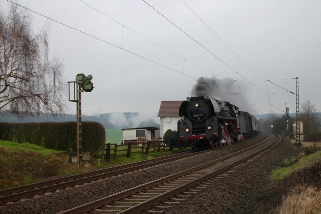 01 1533 bei der an einem Bahnwärterhaus bei Butzbach am 06.02.2016.