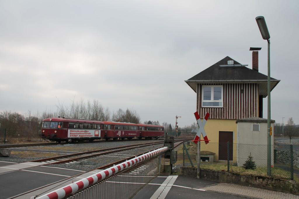 798 818, 998 880 und 998 250 fahren in den Bahnhof Siershahn ein, aufgenommen am 13.03.2016.