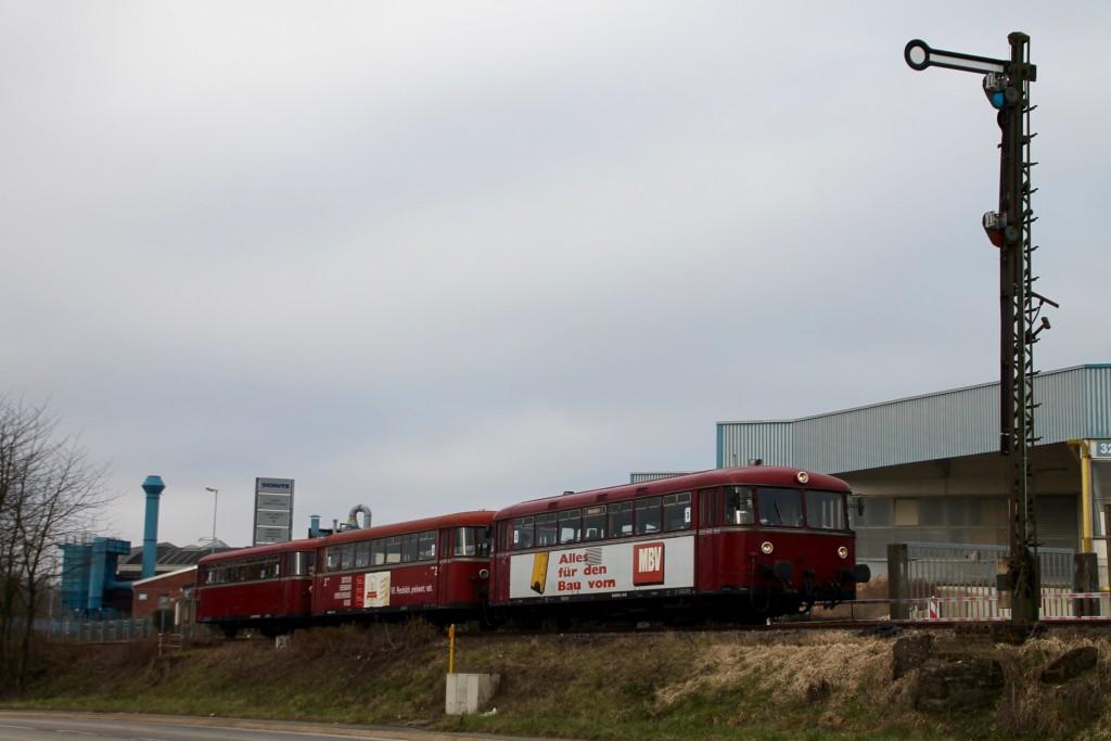 798 818, 998 880 und 998 250 warten vor dem Einfahrsignal von Siershahn, aufgenommen am 13.03.2016.