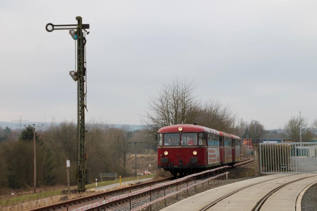 798 818, 998 880 und 998 250 am Einfahrsignal von Siershahn, aufgenommen am 13.03.2016.