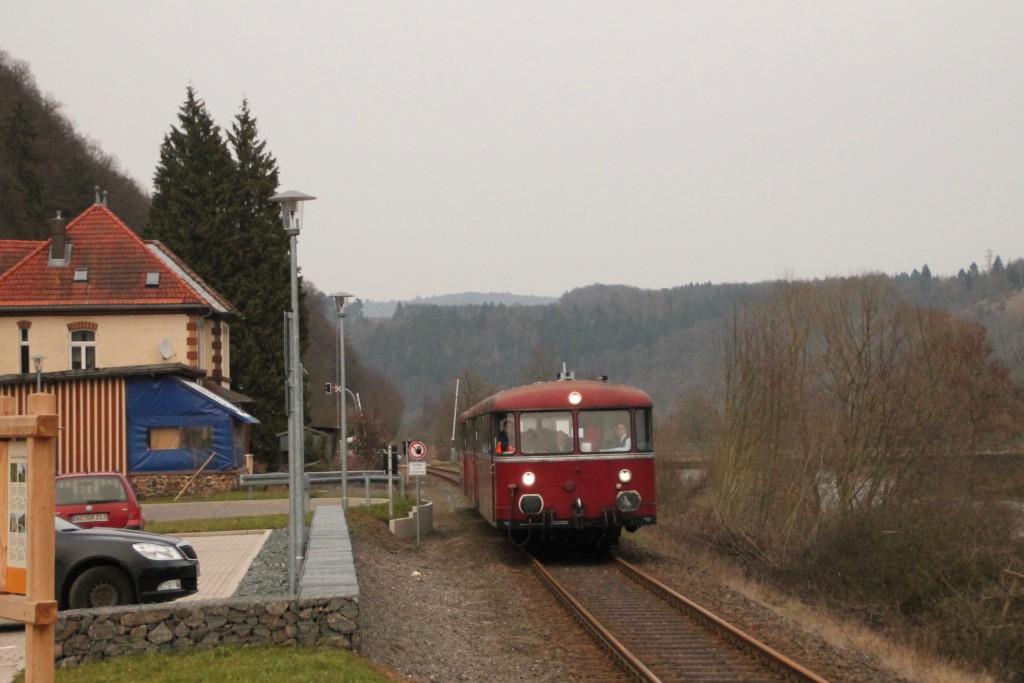 798 829, 996 310 und 996 677 am Haltepunkt Ederbringhausen auf der Burgwaldbahn, aufgenommen am 28.02.2016.