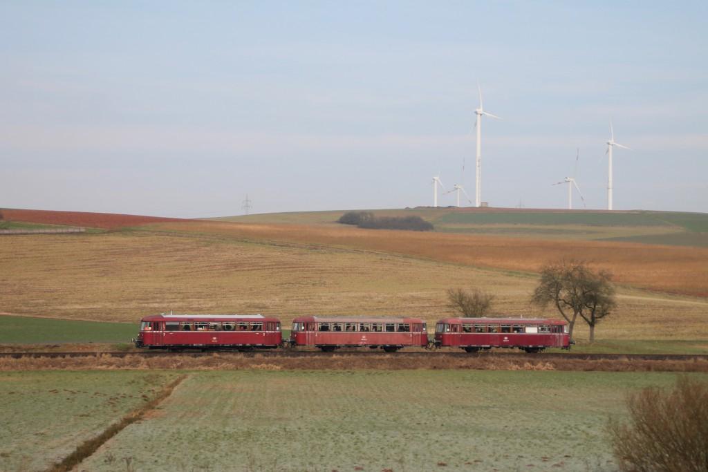 996 677, 996 310 und 798 829 passieren die Windräder bei Ernsthaften auf der Burgwaldbahn, aufgenommen am 28.02.2016