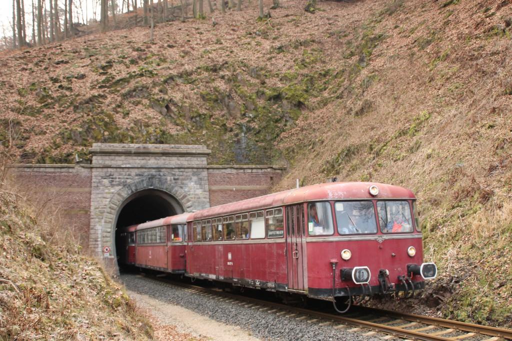 996 677 verlässt zusammen mit 996 310 und 798 829 den Großen Ittertunnel auf der Burgwaldbahn, aufgenommen am 28.02.2016.