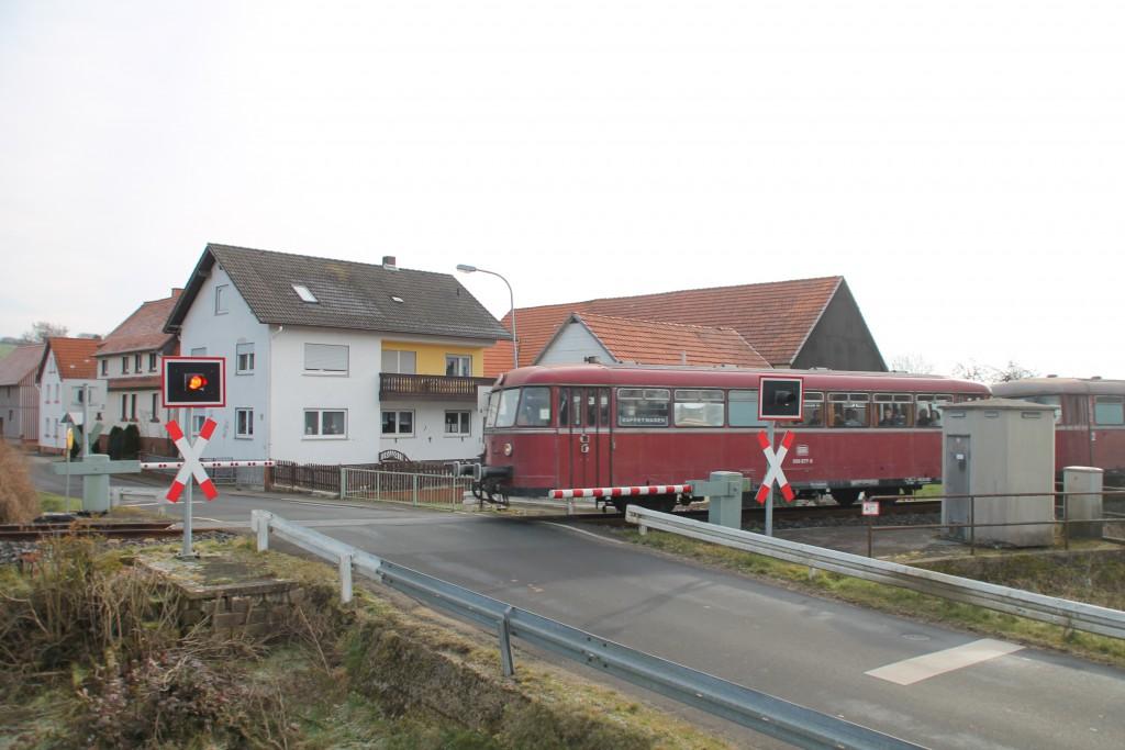 996 677 überquert einen Bahnübergang in Niederwetter auf der Burgwaldbahn, aufgenommen am 28.02.2016.