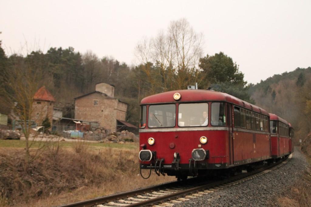 798 829, 996 310 und 996 677 an einem Steinbruch bei Thalitter auf der Burgwaldbahn, aufgenommen am 28.02.2016.