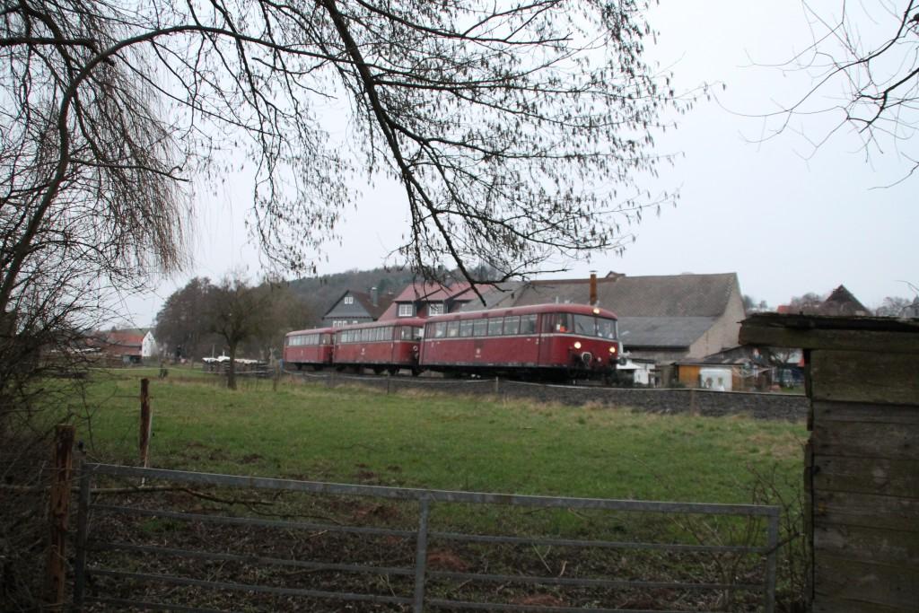 798 829, 996 310 und 996 677 hinter einer Viehweide in Todenhausen auf der Burgwaldbahn, aufgenommen am 28.02.2016.