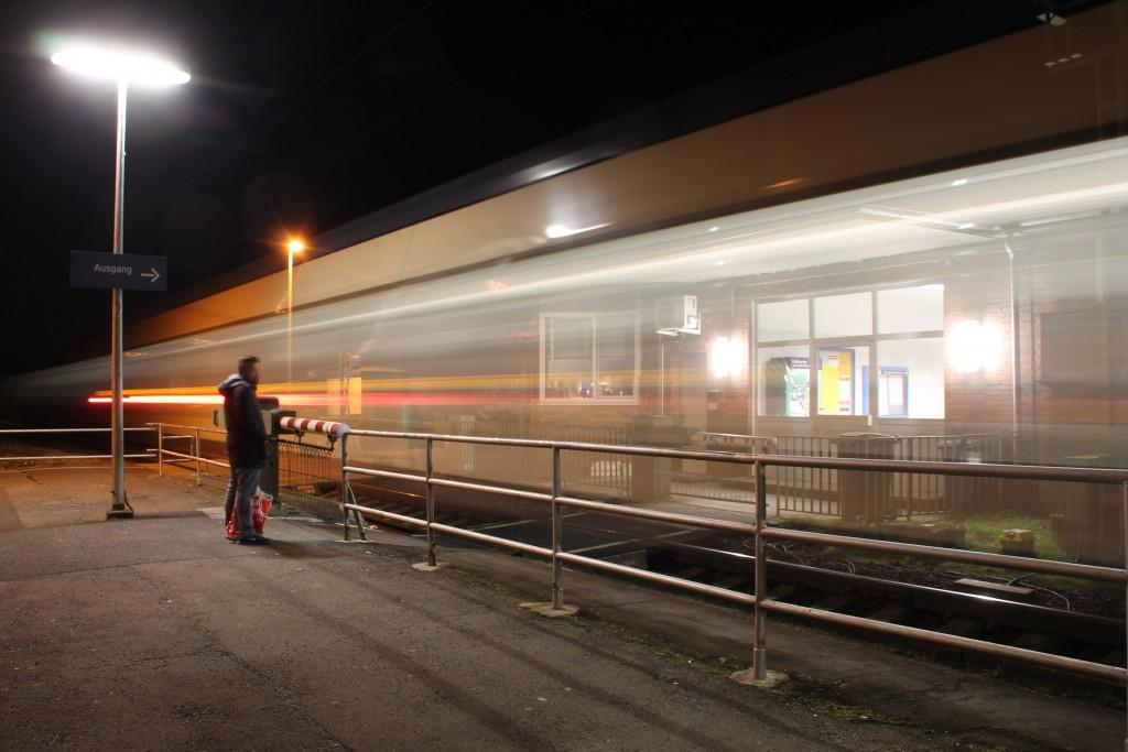 Ein LINT der HLB verlässt den Bahnhof Dutenhofen, aufgenommen am 27.02.2016.