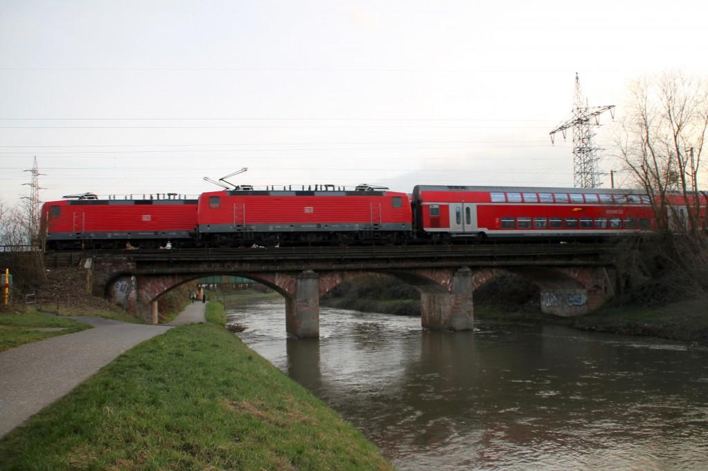 Auf der alten Eisenbahnbrücke in Frankfurt-Nied begegnen sich zwei Züge die mit Loks der Baureihe 143 bespannt sind, aufgenommen am 26.02.2016.
