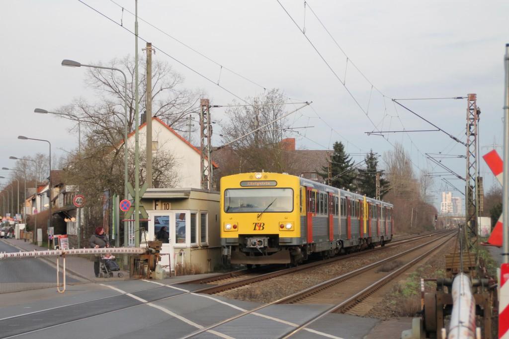 Ein VT2E der HLB am Bahnübergang in Frankfurt-Nied, aufgenommen am 26.02.2016.