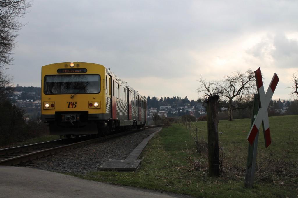 Ein VT2E der HLB an einem Bahnübergang bei Königstein, aufgenommen am 26.02.2016.