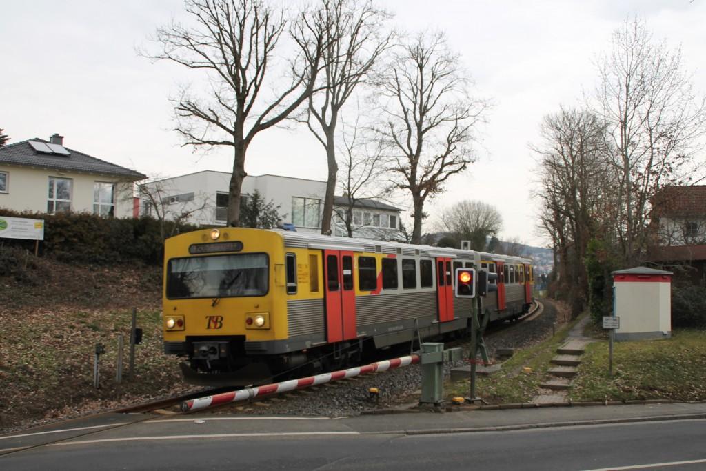 Ein VT2E der HLB überquert einen Bahnübergang in Schnaidhain, aufgenommen am 26.02.2016.