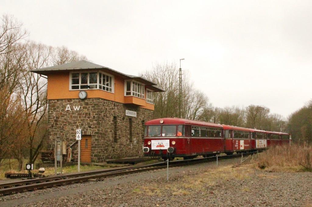 998 880, 998 250, 798 818, 798 622 und 796 724 am Stellwerk Aw im Bahnhof Altenkirchen, aufgenommen am 06.03.2016.