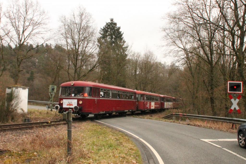 998 880, 998 250, 798 818, 798 622 und 796 724 auf einem Bahnübergang bei Seifen auf der Holzbachtalbahn, aufgenommen am 06.03.2016.