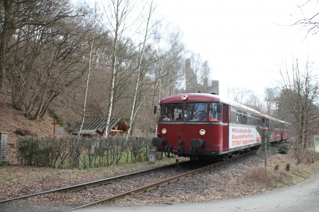 798 818, 998 880 und 998 250 an der Burgruine Reichenstein auf der Holzbachtalbahn, aufgenommen am 13.03.2016.