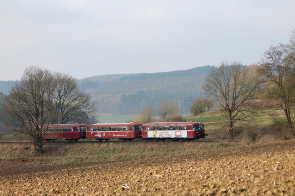 798 818, 998 880 und 998 250 bei Nordhofen auf der Holzbachtalbahn, aufgenommen am 13.03.2016.