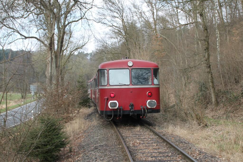 798 818, 998 880 und 998 250 bei Reichenstein auf der Holzbachtalbahn, aufgenommen am 13.03.2016.