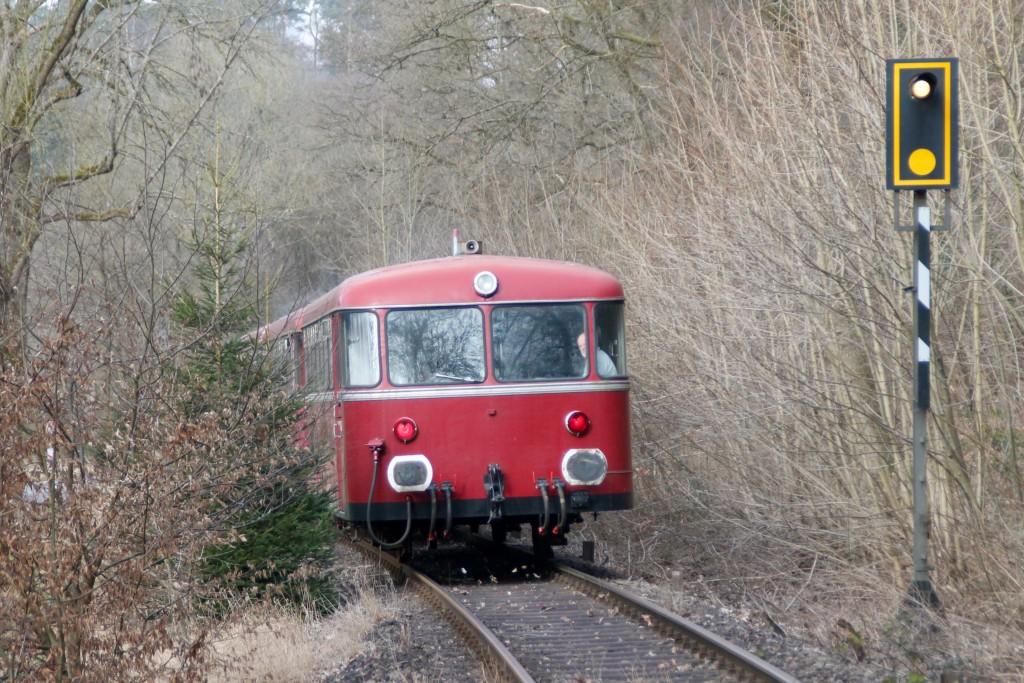 798 818, 998 880 und 998 250 hinter Reichenstein auf der Holzbachtalbahn, aufgenommen am 13.03.2016.