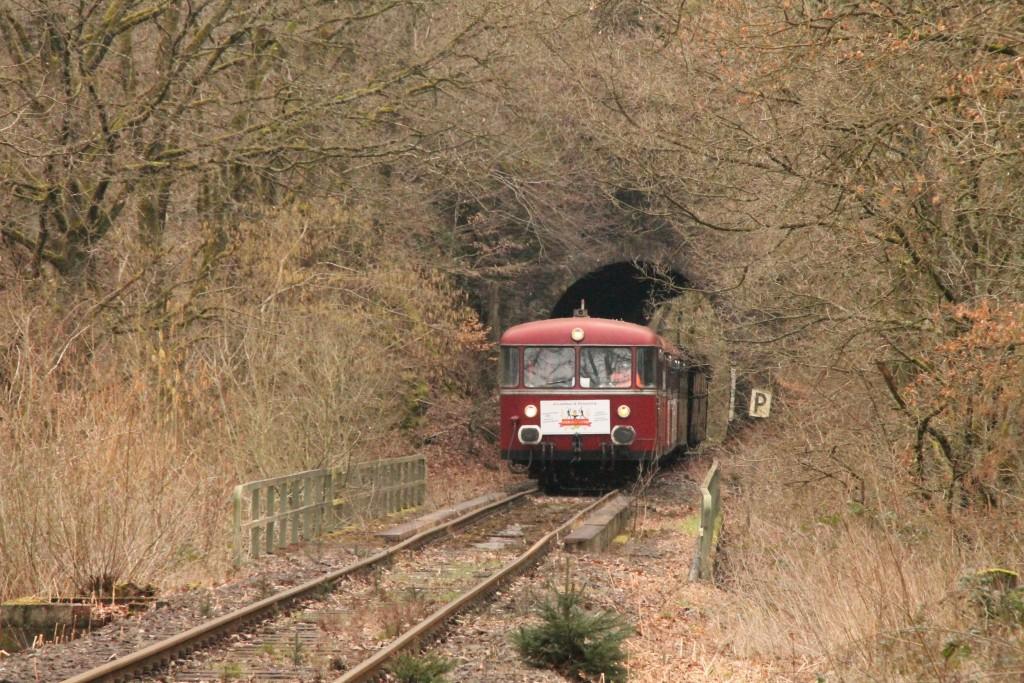 Im Bahnhof Siershahn warten 998 880, 998 250, 798 818, 798 622 und 796 724 verlassen den Seifener Tunnel auf der Holzbachtalbahn, aufgenommen am 06.03.2016.