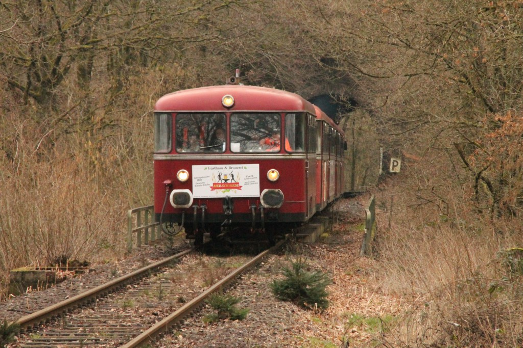 998 880, 998 250, 798 818, 798 622 und 796 724 am Seifener Tunnel auf der Holzbachtalbahn, aufgenommen am 06.03.2016.
