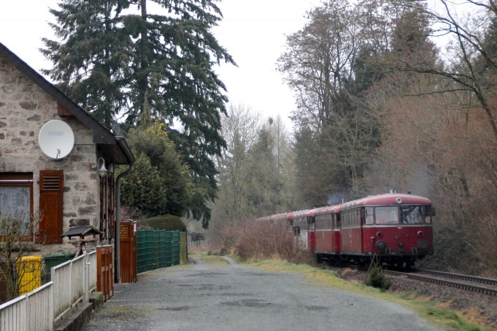 998 880, 998 250, 798 818, 798 622 und 796 724 durchqueren Selters auf der Holzbachtalbahn, aufgenommen am 06.03.2016.