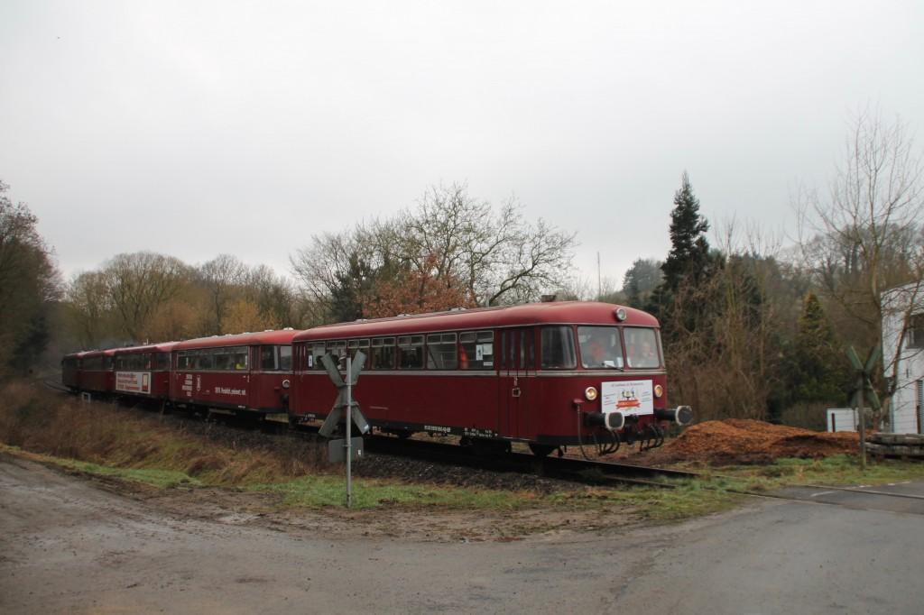 998 880, 998 250, 798 818, 798 622 und 796 724 an einem unbeschrankten Bahnübergang in Selters auf der Holzbachtalbahn, aufgenommen am 06.03.2016.
