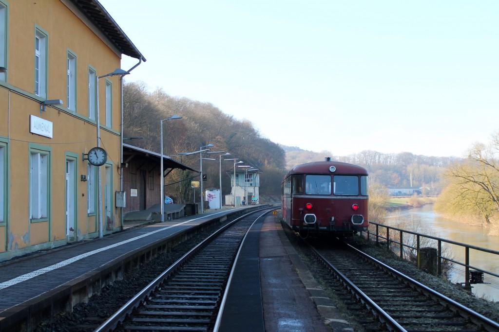 996 677 und 798 829 der OEF halten im Bahnhof Aumenau auf Gleis 2, aufgenommen am 28.02.2015.