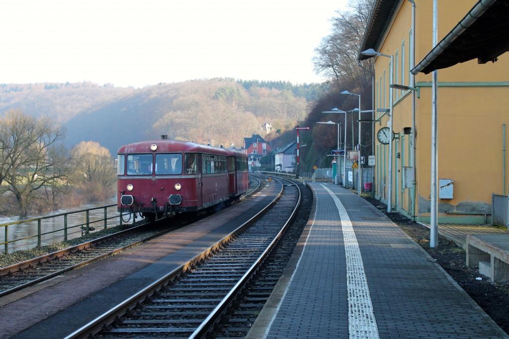 996 677 und 798 829 der OEF halten im Bahnhof Aumenau, aufgenommen am 28.02.2015.