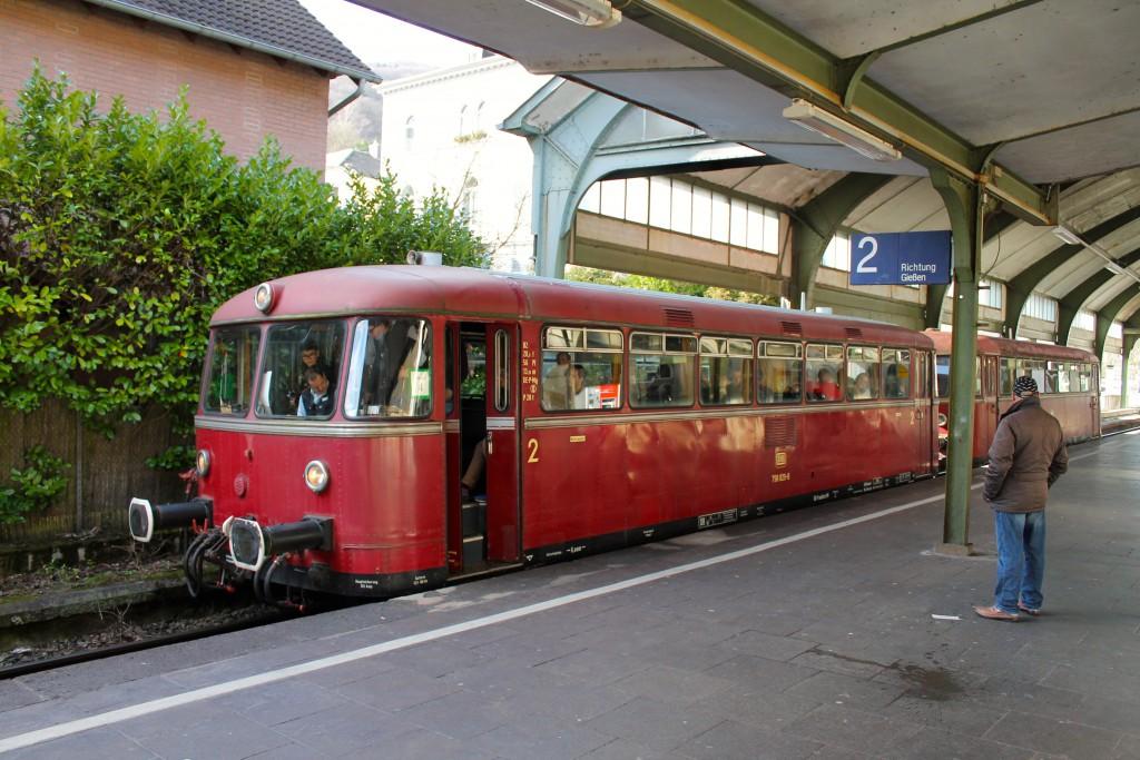 798 829 und 996 677 der OEF halten in Deutschlands kleinster Bahnhofshalle in Bad Ems, aufgenommen am 28.02.2015.