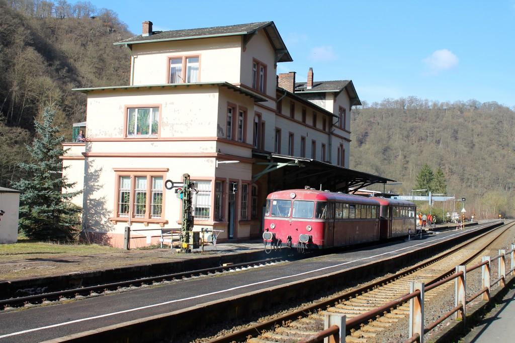 996 677 und 798 829 der OEF halten im Bahnhof Balduinstein, aufgenommen am 28.02.2015.