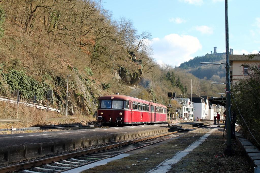 798 829 und 996 677 der OEF halten im Bahnhof Balduinstein, aufgenommen am 28.02.2015.
