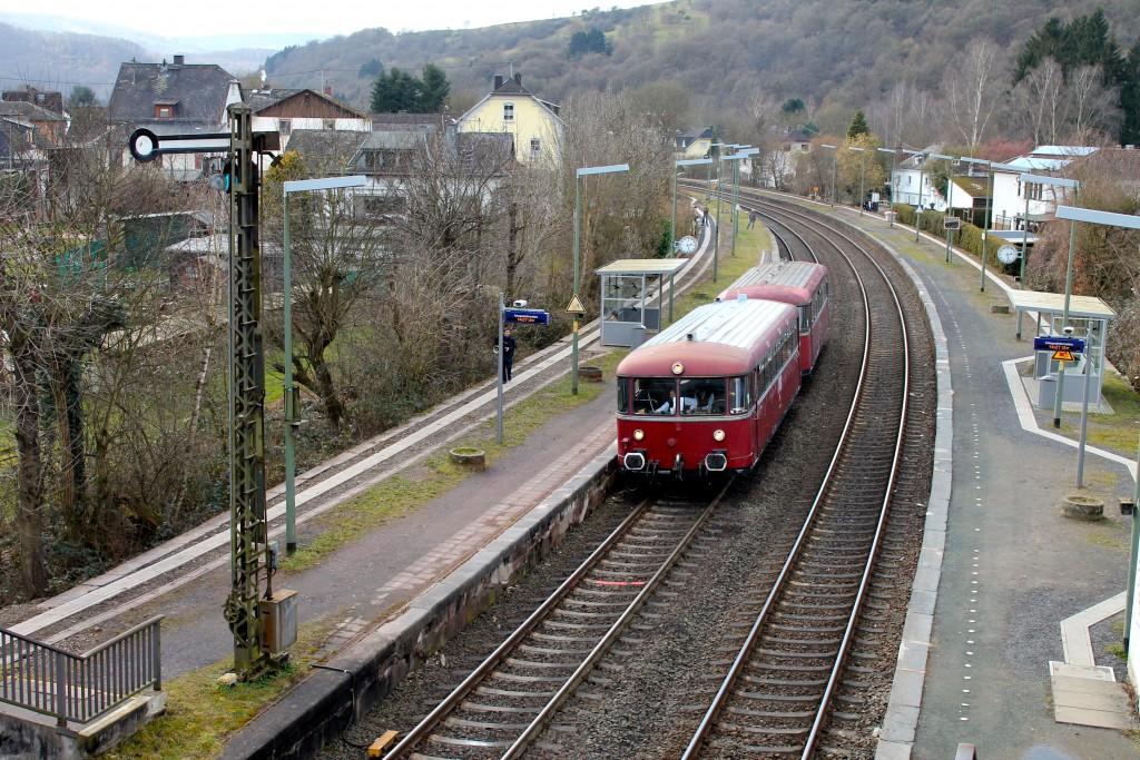 798 829 und 996 677 der OEF halten in Dausenau, aufgenommen am 28.02.2015.