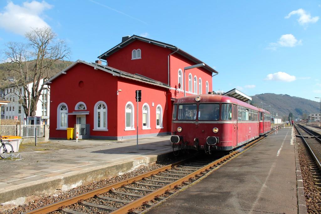 996 677 und 798 829 der OEF halten im Bahnhof Nassau, aufgenommen am 28.02.2015.
