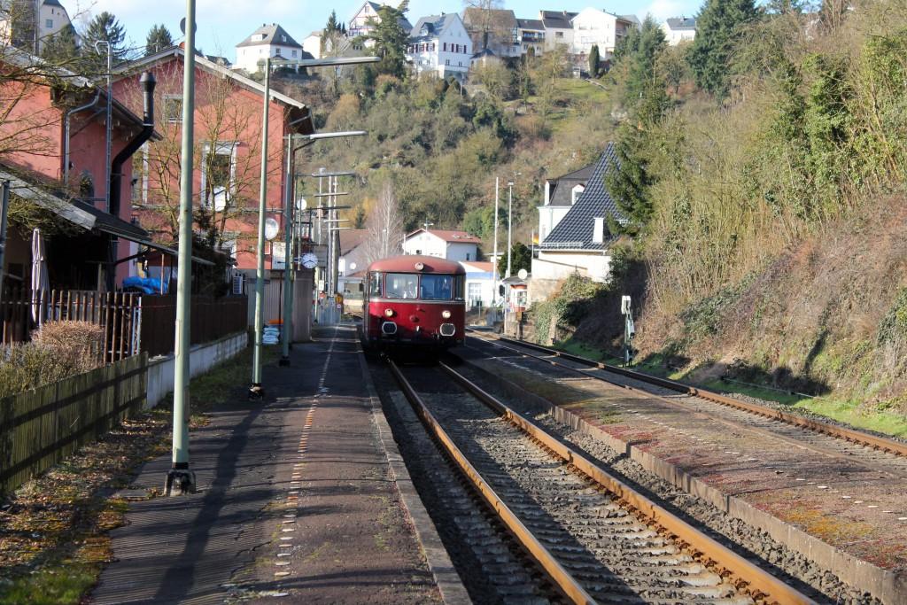 798 829 und 996 677 der OEF halten in Runkel, aufgenommen am 28.02.2015.