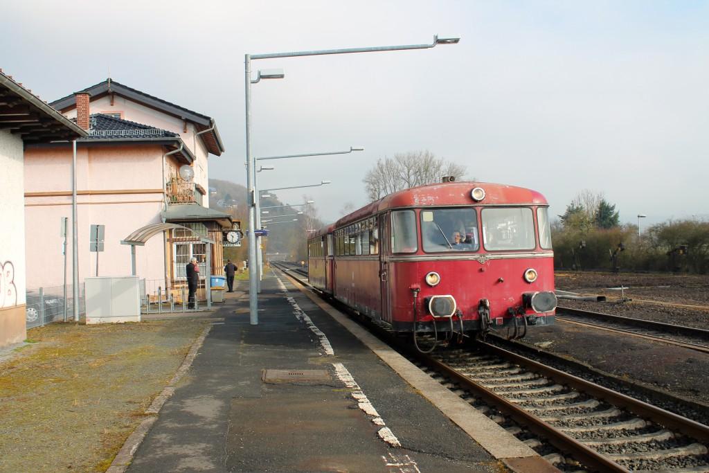 996 677 und 798 829 der OEF halten im Bahnhof Stockhausen, aufgenommen am 28.02.2015.